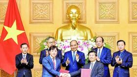 Thủ tướng Nguyễn Xuân Phúc chứng kiến lễ trao thỏa thuận hợp tác giữa Cục Đầu tư nước ngoài (Bộ KH-ĐT) và JETRO. Ảnh: VIẾT CHUNG