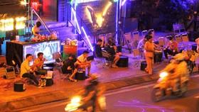 Quán beer club DOPE lấn chiếm hết vỉa hè trước nhà số 242 Phạm Văn Đồng, phường 1, quận Gò Vấp, TPHCM. Ảnh: HOÀNG HÙNG