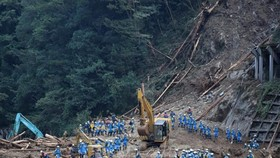 Lực lượng cứu hộ làm nhiệm vụ tại hiện trường vụ lở đất do bão Haishen ở tỉnh Miyazaki, Nhật Bản ngày 8-9-2020. Ảnh: AFP/TTXVN
