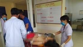 Nạn nhân được chuyển vào Bệnh viện Đa khoa tỉnh Hà Tĩnh cấp cứu