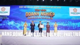 Nguyên Phó Chủ tịch nước Trương Mỹ Hoa và Phó Chủ tịch UBND TPHCM Dương Anh Đức tuyên dương Công ty cổ phần tập đoàn Hưng Thịnh - thuộc Top 100 Doanh nghiệp tiêu biểu