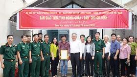 Ông Hwang Fa Jane - đại diện Công ty CPHH Vedan Việt Nam cùng đại diện chính quyền địa phương trong buổi trao tặng nhà cho anh Phan Văn Khánh