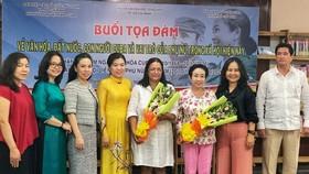 Các đại biểu tặng hoa và chụp ảnh lưu niệm tại buổi tọa đàm. Ảnh: hcmcpv