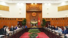 Thủ tướng Nguyễn Xuân Phúc tiếp Điều phối viên Liên Hợp Quốc, ông Kamal Malhotra và Trưởng đại diện các tổ chức LHQ tại Việt Nam chiều 21/10. Ảnh VGP/Quang Hiếu