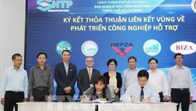 Đại diện Ban quản lý Khu Công nghệ cao Thành phố Hồ Chí Minh ký kết thỏa thuận hợp tác với Ban Quản lý các khu chế xuất - khu công nghiệp - khu kinh tế trọng điểm phía Nam. Ảnh: TTXVN