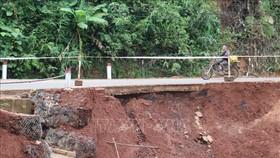 Tại km 18+600 đường Sao Bọng - Đăng Hà qua địa bàn xã Đăng Hà mặt đường bị sạt lở tạo thành hàm ếch rất nguy hiểm cho người và phương tiện khi lưu thông qua đây. Ảnh: TTXVN