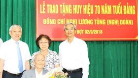 Đồng chí Nghị Đoàn khi nhận Huy hiệu 70 năm tuổi Đảng