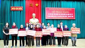 Trao quà các gia đình liệt sĩ nói riêng và gia đình có công với cách mạng nói chung khắc phục hậu quả lũ lụt do bão số 8 và số 9 gây ra tại Hà Tĩnh.