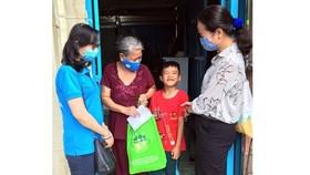 Tặng quà gia đình bà Võ Thị Phấn, huyện Bình Chánh. Ảnh: ĐẶNG NHUNG