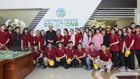 Sinh viên ngành y tế dự phòng, thuộc Khoa Y, Trường Đại học Nguyễn Tất Thành chụp ảnh lưu niệm tại VWS