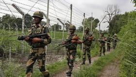 Binh sĩ Ấn Độ tuần tra gần đường Ranh giới Kiểm soát (LoC) phân chia khu vực Kashmir với nước láng giềng Pakistan. Ảnh tư liệu: AP/TTXVN