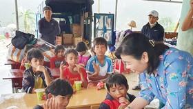 Phó Tổng Biên tập Báo SGGP Lý Việt Trung trao sách, vở mới cho học sinh Trường Tiểu học Trà Lâm (Quảng Ngãi)