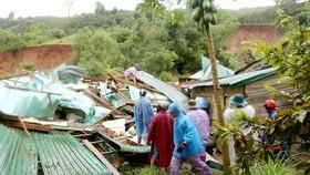 Sạt lở núi Chư Quanh ở xã Hoà Phong, huyện Krông Bông, tỉnh Đắk Lắk vùi lấp và làm hư hỏng nhiều nhà dân