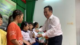 Ông Đỗ Minh Khương, đại diện Ngân hàng Agribank - Văn phòng đại diện Tây Nam bộ trao học bổng cho học sinh. Ảnh: H.D