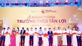 Ông Đỗ Quang Hiển, Chủ tịch HĐQT kiêm TGĐ Tập đoàn T&T Group và các đại biểu cắt băng khánh thành Trường THCS Tân Lợi