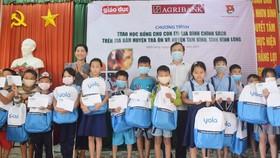 Trao học bổng cho 100 học sinh gia đình chính sách tại Vĩnh Long
