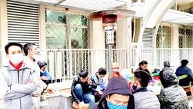 Cây sưởi bằng gas được đặt trong khuôn viên Bệnh viện Bạch Mai giúp người nhà bệnh nhân bớt lạnh giá
