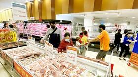 Mua thịt heo tại AEON Tân Phú, TPHCM. Ảnh: CAO THĂNG