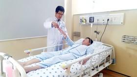 TS-BS Nguyễn Bá Thắng đang thăm khám cho người bệnh đột quỵ