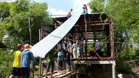Cưa xẻ gỗ giúp dân dựng nhà