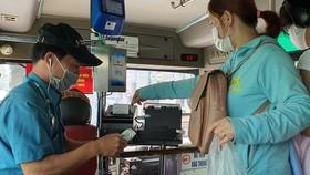 Vẫn còn nhiều hành khách trả tiền mặt khi mua vé xe buýt. Ảnh: ĐOÀN HIỆP