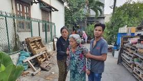 Bà Võ Thị Biếc, mẹ nạn nhân Loan, đau đớn tại hiện trường sau vụ cháy