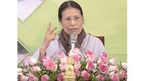 Bà Phạm Thị Yến trong một buổi giảng pháp. Ảnh cắt từ clip