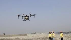 Thiết bị bay chở được 10 lít, người điều khiển có thể cài đặt đường bay, độ cao và thời gian cho thiết bị bay