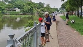Nhiều người câu cá dọc tuyến bờ kè kênh Nhiêu Lộc - Thị Nghè