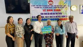 Bàn giao công trình sửa chữa nhà tình thương cho bà Phạm Thị Xinh