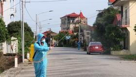 Lực lượng chức năng huyện Lý Nhân, Hà Nam phun hóa chất khử khuẩn khu dân cư có bệnh nhân mắc Covid-19