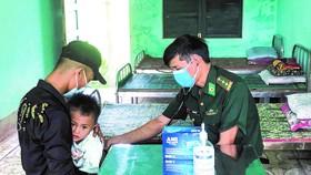 Người dân đến khám bệnh tại Trạm quân dân y Sa Trầm (tỉnh Quảng Trị)