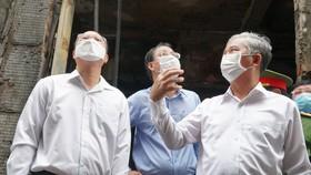 Đồng chí Ngô Minh Châu (phải) trực tiếp chỉ đạo tại hiện trường vụ cháy ở quận 11, TPHCM