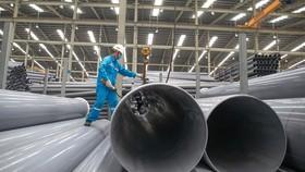 Công ty Nhựa Hoa Sen sản xuất ống nhựa chuyên dùng có đường kính lớn. Ảnh: HOÀNG HÙNG