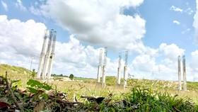 Bên trong khu đất 43ha có nhiều trụ bê tông đang thi công dở dang