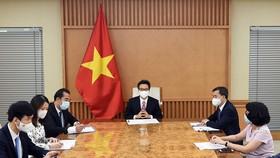 Phó Thủ tướng Vũ Đức Đam họp trực tuyến với TS Takeshi Kasai, Giám đốc Tổ chức Y tế thế giới khu vực Tây Thái Bình Dương. Ảnh: VGP