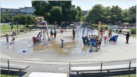 Trẻ em giải nhiệt tránh nóng tại một công viên nước ở Richmond, British Columbia, Canada ngày 29-6. Ảnh: AFP/TTXVN