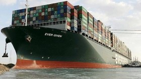 Tàu Ever Given ở kênh đào Suez. Nguồn: Bloomberg