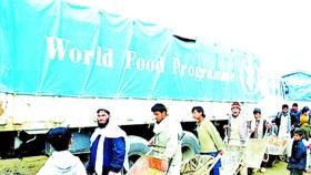 Người dân Afghanistan xếp hàng nhận lương thực từ chương trình viện trợ của LHQ