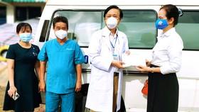 Nhà văn Bích Ngân trao tặng 100 triệu đồng cho đại diện của Bệnh viện Đa khoa khu vực Thủ Đức
