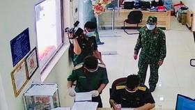 Quân đội TPHCM làm thủ tục nhận hủ cốt tại Trung tâm hỏa táng Bình Hưng Hoà chiều 7-8. Ảnh: Bộ Tư lệnh TPHCM