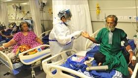 Bệnh nhân Covid-19 được điều trị tại bệnh viện ở Bangalore, Ấn Độ. Ảnh minh họa: THX/TTXVN