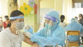 Tiêm vaccine Covid-19 tại Trường THCS Lê Quý Đôn, quận 11, TPHCM. Ảnh: CAO THĂNG