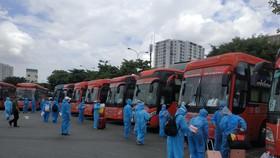 Người dân Phú Yên chuẩn bị khởi hành về quê tại Bến xe Miền Đông. Ảnh: MINH NGHĨA