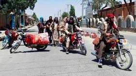 Các tay súng Taliban trên đường phố Ghazni ngày 12-8. Ảnh: CNN