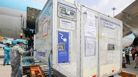 Lô vaccine phòng Covid-19 đầu tiên được đưa về Việt Nam qua sân bay Tân Sơn Nhất, ngày 24-2-2021