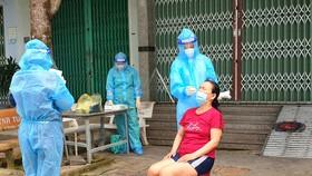 Nhân viên y tế Hậu Giang test Covid-19 tại nhà cho người dân ở thị xã Long Mỹ