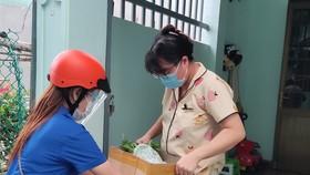 Đội thanh niên tình nguyện TP Vũng Tàu đi chợ và giao hàng miễn phí giúp người dân