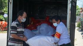 Những bao gạo được chuyển đến tận tay cho những người có hoàn cảnh khó khăn