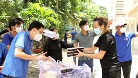 Những suất cơm nóng hỗ trợ người dân vừa di tản đến khách sạn Công Đoàn, quận Bình Thạnh. Ảnh: DŨNG PHƯƠNG